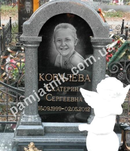 Памятник надгробие детское Лампадка из габбро-диабаза резная Северо-Курильск