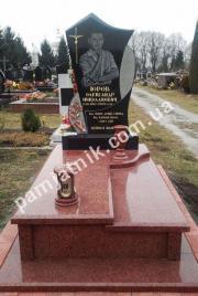 Фигурный памятник FP_0390 из красного гранита и габбро