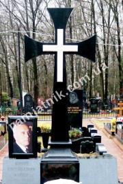 Одинарный памятник с крестом 1-00012 из гранита и мрамора с фотостеклом