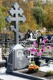 Эксклюзивный одинарный памятник с фигурным крестом 1-00104 из покостовского гранита