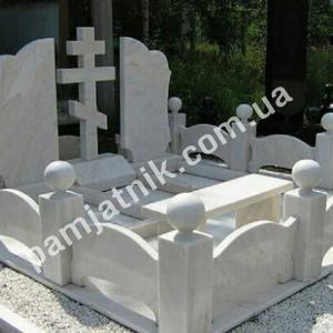 Мраморный памятник с оградой 025