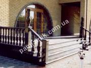 Гранитная лестница с перилами и балясинами